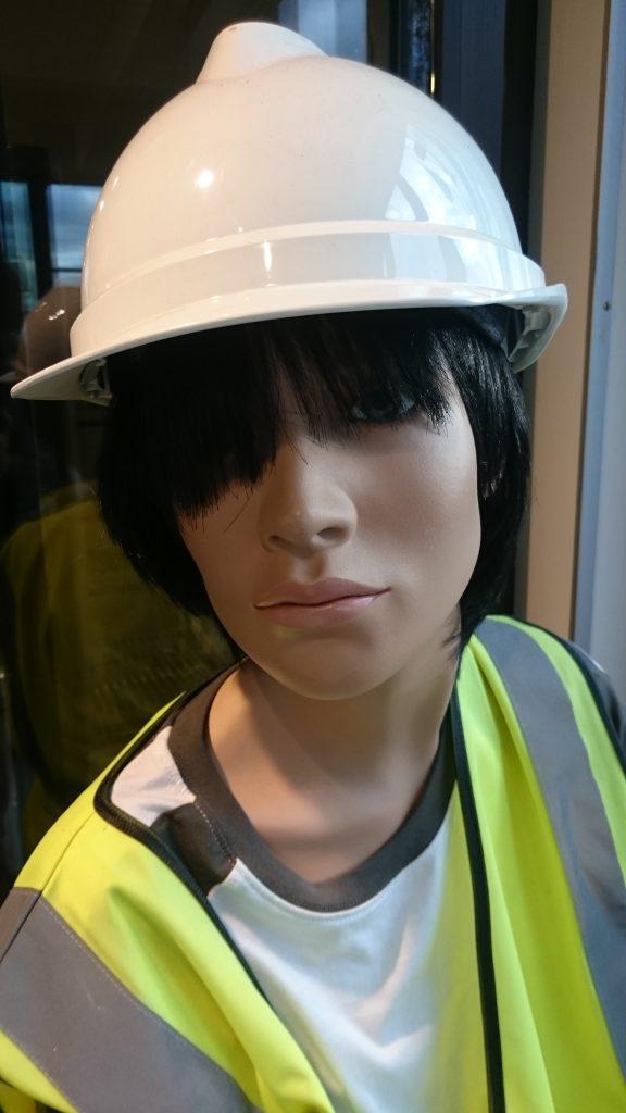 Utstillingsdukke med hjelm